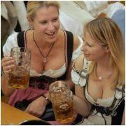 Uống bia tại Oktoberfest