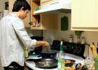 Chuyện bếp núc của con trai du học